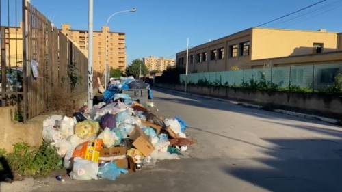 Palermo sommersa dai rifiuti: materassi e motorini in discarica 11