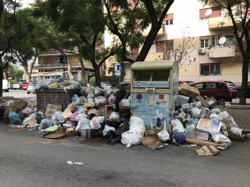 Palermo sommersa dai rifiuti: materassi e motorini in discarica 12