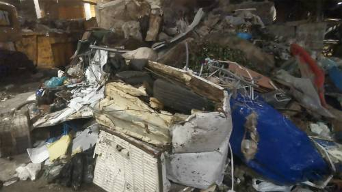 In discarica è stato ritrovato un frigorifero pieno di copertoni d'auto