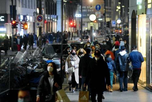 Folla nelle vie dei negozi. Parte la corsa agli acquisti