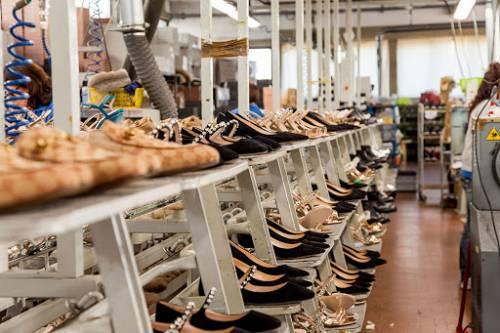 """Imprese calzaturiere e sindacati al governo: """"Subito interventi, a rischio produzione e lavoro"""""""