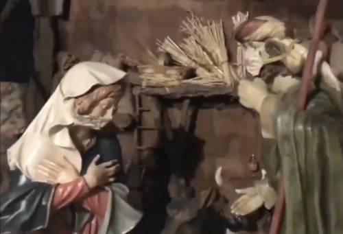 Il presepe che spiazza i fedeli: la Madonna e San Giuseppe con la mascherina