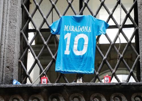 Cinque maglie di Maradona. Nuovo sogno dei calciofili