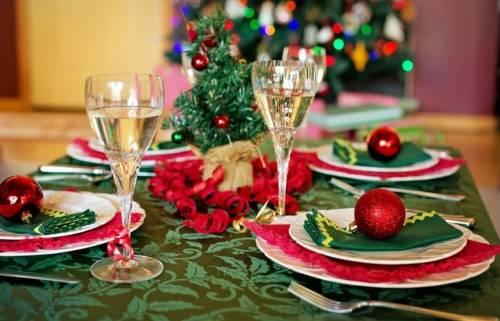 """""""A tavola dovrete stare così..."""". Il diktat dei virologi sul Natale"""