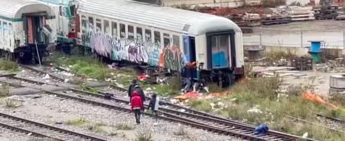 L'assalto dei migranti alle carrozze abbandonate della ferrovia