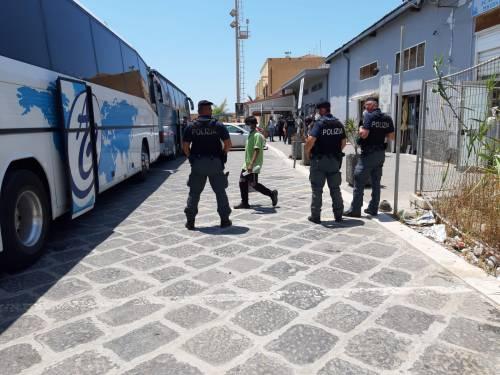 Tunisini fuggono durante il trasferimento: ferito un carabiniere
