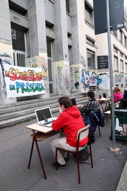 """Governo a pezzi anche sulla scuola. Regioni """"arancio"""": in classe al 50%"""