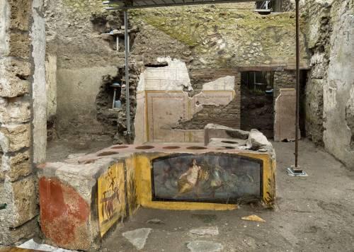 A Pompei riaffiora una bottega decorata per cibo da strada