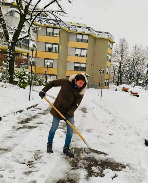 La neve non ferma Sesto. Il sindaco Di Stefano in prima linea a spalare le strade