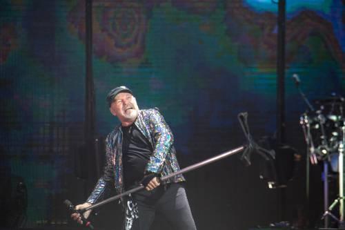 Vasco inaugura il 2021 con un rock d'amore  (e poi balla con Bolle)