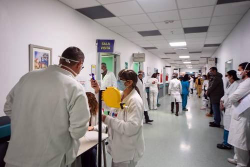 """Il """"premio"""" di Emiliano agli eroi: operatori sanitari tutti precari"""