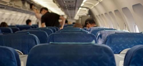 Senza la mascherina sull'aereo Multa da incubo: 25.000 euro