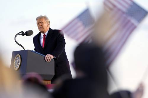 """Trump e lo show del ritorno. """"Che disastro con Biden"""""""