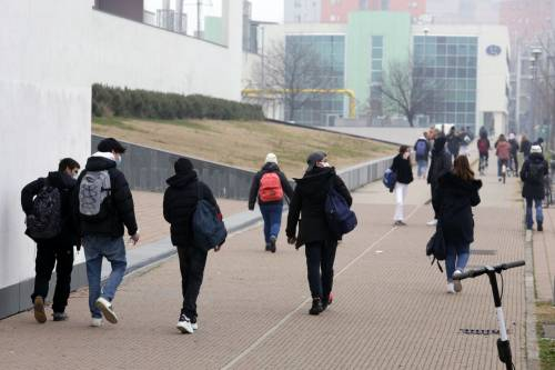 Gli studenti tornano a scuola. Nel caos