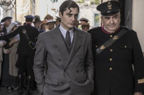 Lino Guanciale è Ricciardi, il barone che fa il commissario