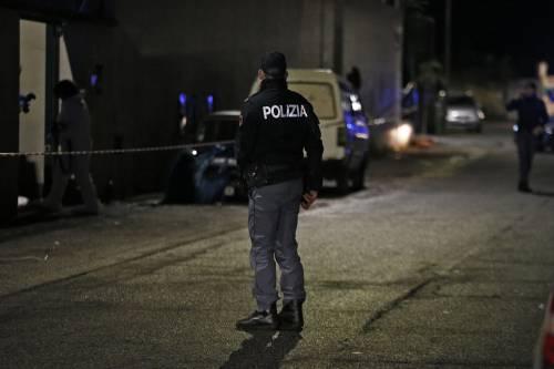 Rapinatore ferisce commessa: terrore nel centro di Milano
