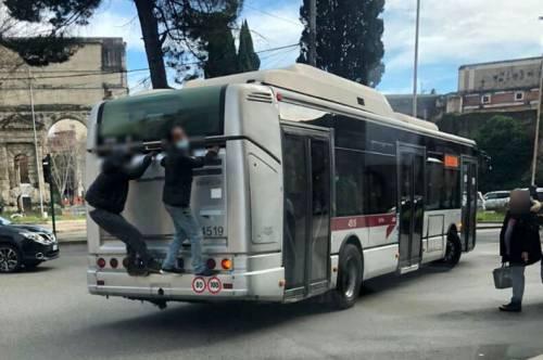 Per non pagare il biglietto a Roma si viaggia così...