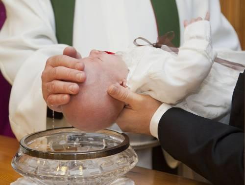 Immersione rituale choc. Bimbo riceve battesimo poi la morte inaspettata