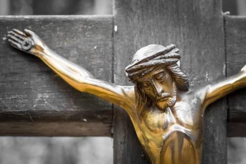 Vietato il crocifisso (a distanza)