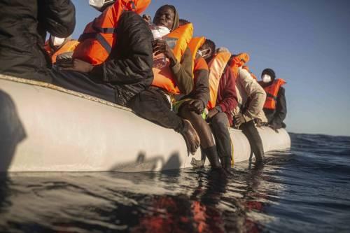 Open Arms torna a Porto Empedocle con 165 migranti a bordo