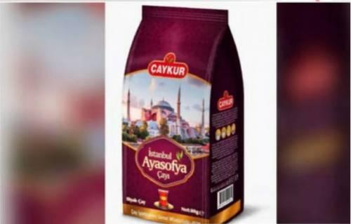 Santa Sofia, ultimo sfregio di Erdogan: da chiesa a moschea fino a marca di tè