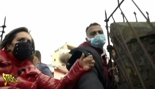 """Inviata di Strscia contro gli abusivi: """"Aggrediti con pugno in faccia..."""""""