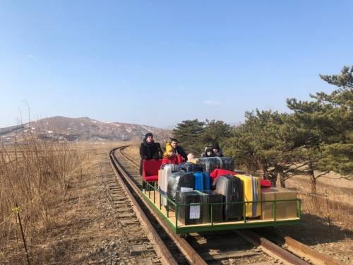 """In """"fuga"""" sul carrello: così i diplomatici russi lasciano la Corea del Nord"""