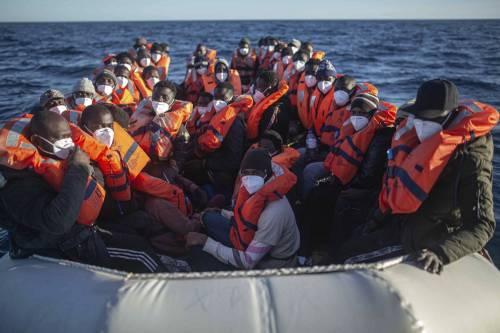 """Altri cinquecento arrivi a Lampedusa. """"Sull'isola scoppia la bomba sanitaria"""""""