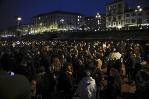 Milano, rave party sui Navigli prima della stretta In tutta Italia piazze affollate: boom di sanzioni