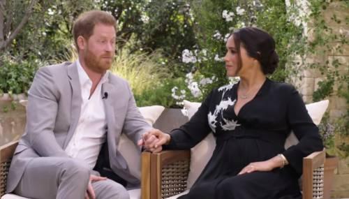 """L'intervista di Meghan ed Harry: """"Temevano che fosse scuro..."""". Bordata alla Regina su Archie"""