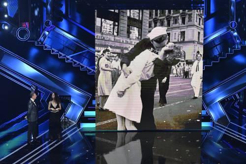 Sanremo, Matilda De Angelis mostra la foto del bacio ma sbaglia la storia
