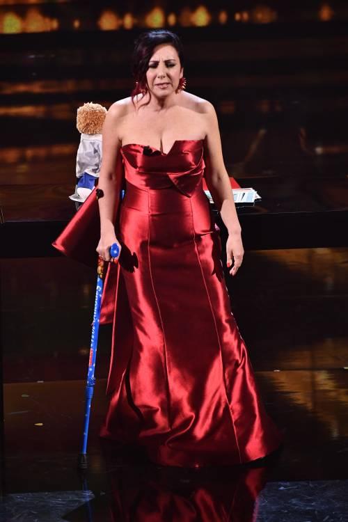 """Antonella Ferrari con il bastone all'Ariston, grida: """"Non sono matta, ho la sclerosi multipla"""""""