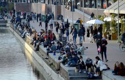 """Una folla """"invade"""" i Navigli a Milano: scatta il blocco"""