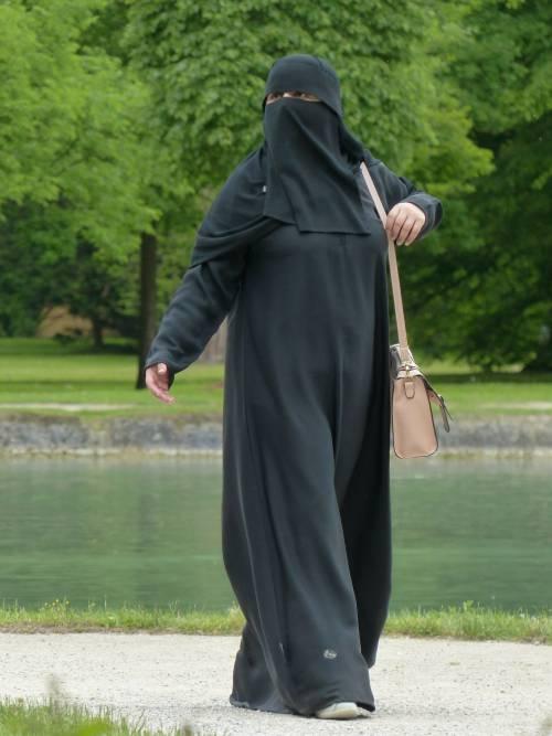 Svizzera, divieto di indossare il burqa