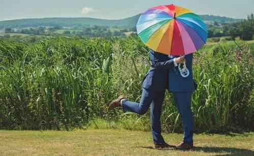"""Unioni gay, dalla Chiesa arriva un secco """"no"""" alle benedizioni"""