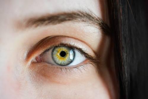 Sindrome dell'occhio secco, combatterla con i rimedi naturali