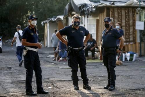 """""""Mia madre mi picchia se non lavoro"""". E il bimbo rom di 11 anni chiede aiuto ai carabinieri"""