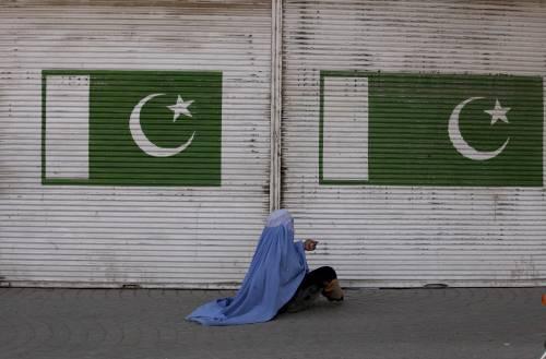 Pakistan, bimba di 4 anni violentata, ammazzata e gettata nella fognatura