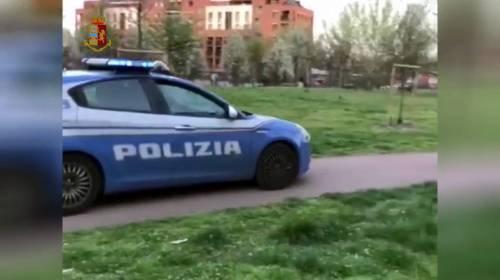 Lega il figlio di 16 anni all'auto con il guinzaglio: torture choc dell'albanese
