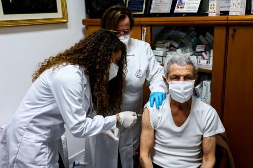 """Le regole dei vaccini. Anche sugli avanzi priorità agli anziani e ok ai """"domiciliati"""". Si parte in farmacia"""