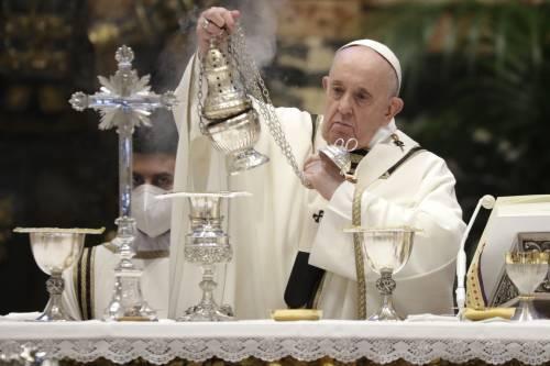 Papa Francesco stupisce ancora e celebra la messa del Giovedì Santo a casa di Angelo Becciu