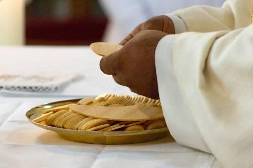 """""""Vaccinati i sacerdoti prima dei pazienti fragili"""". Scoppia la bufera in Puglia"""