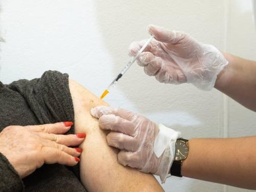 Sanitari No Vax ora si pentono. Il vaccino per salvarsi la paga