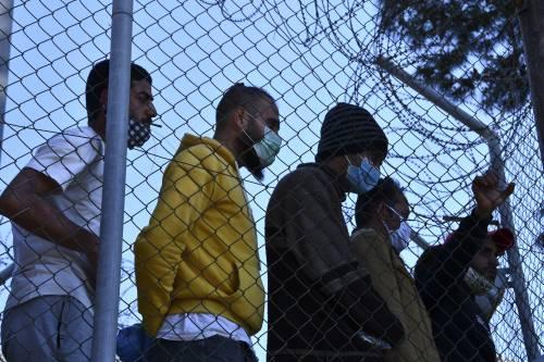 """""""Italia sola sui migranti, patto Ue disatteso"""". Ma l'Europa fa altre promesse"""