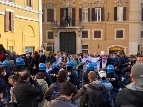 """""""Buffoni, fateci riaprire"""". Protestano gli ambulanti, guerriglia a Montecitorio"""