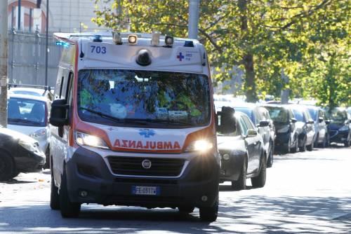 Ambulanza investe il poliziotto, poi scappa: non aveva l'assicurazione