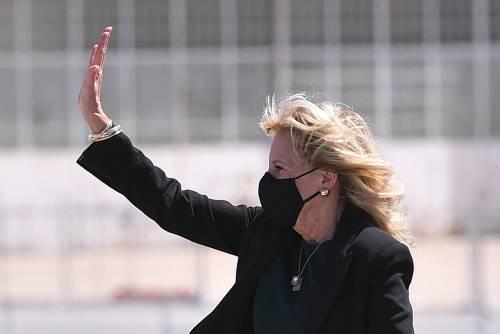 Calze ricamate e stivaletto rock, il look di Jill Biden che fa discutere