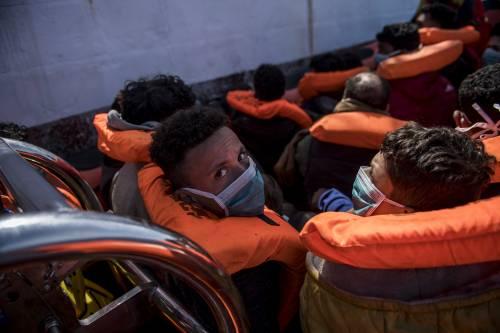 Alla deriva per giorni, barcone salvato ancora una volta dall'Italia