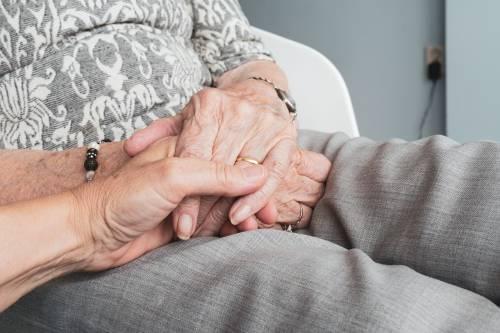 Stanze degli abbracci, così Bristol Myers Squibb supporta gli anziani nelle RSA