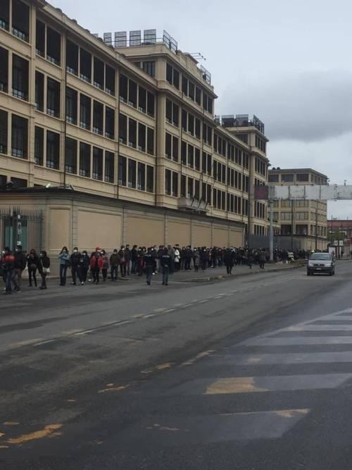 """Le file di peruviani per votare: """"Ma gli italiani sono bloccati"""""""